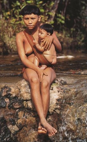 Mamma Yanomi con il suo bimbo in Amazzonia, Brasile. (Fonte immagine: http://goo.gl/5s11mv)