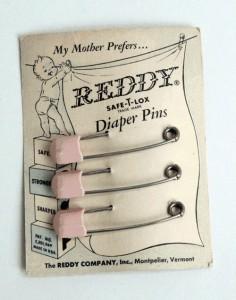 Prima della striscia adesiva, per chiudere i pannolini si usavano le spille da balia (fonte immagine: https://goo.gl/im2baA)